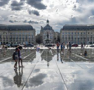 Vue de la Place de la Bourse et du Miroir d'eau en Gironde
